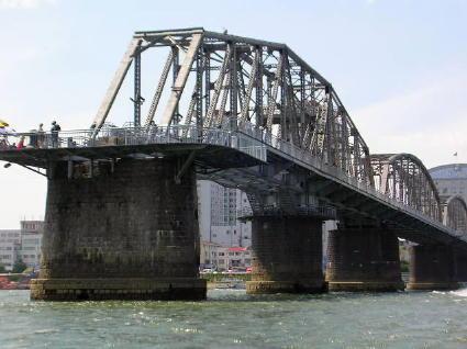 丹東中朝の橋。北朝鮮側から。奥は中国丹東市