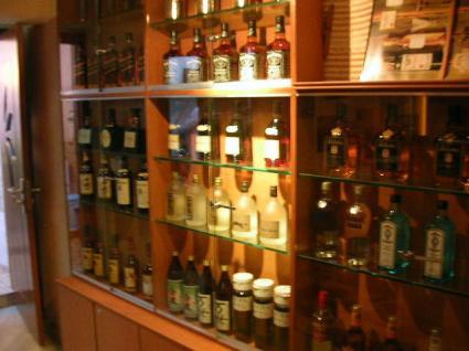 お酒が並ぶ棚