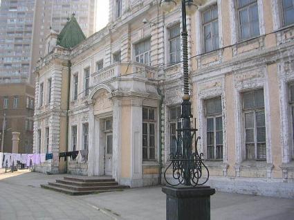右横から見た初代大連市役所