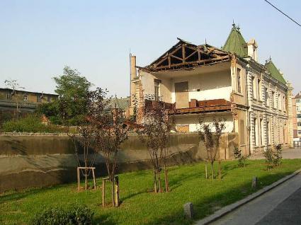 かなり崩されている建物左側