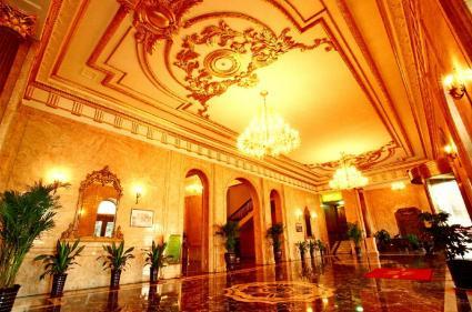 シャンデリアが美しい旧大連ヤマトホテルのロビー。