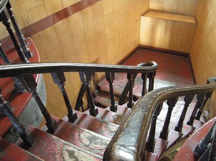 くの字型の階段2階から階下の様子。