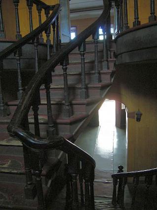 くの字型の階段の踊り場から。
