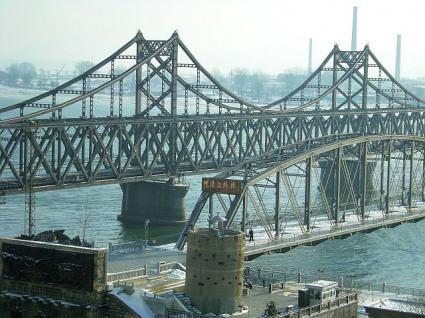鴨緑江へ戦前日本が建造した現役の鉄橋。