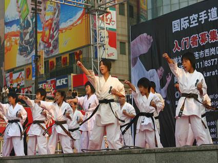 勝利広場での少年班型の披露