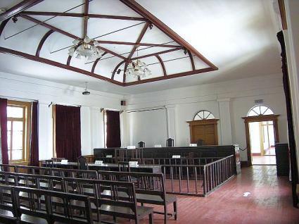 入り口からの法廷