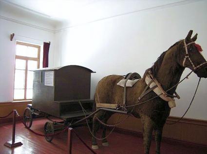 1階展示室内の復元した護送車