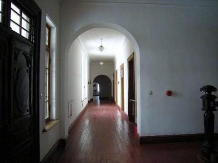 玄関近くの廊下から陳列館側