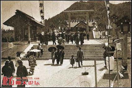 参拝客で賑わう大連神社