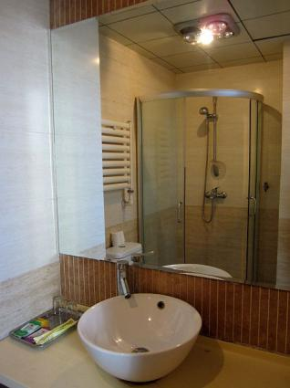 洗面台とシャワー室