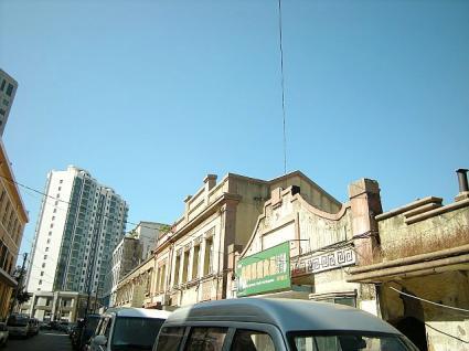 新しいマンションと古い建物