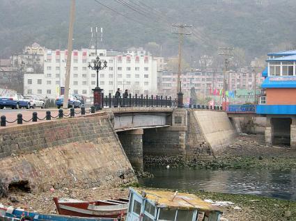 旧日本橋の橋桁と橋脚
