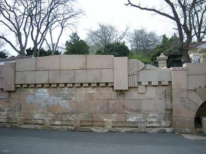 正門前の見事な石垣