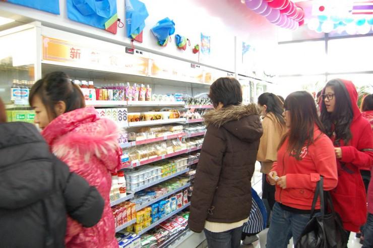 女性客が多い冷蔵コーナー