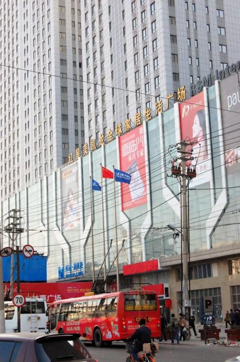 広場中心部には大型スーパーなどが次々にオープン