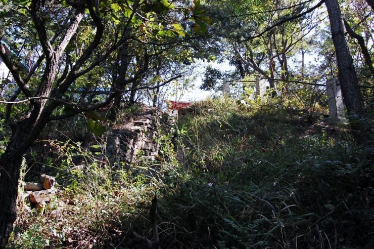 険しい斜面にそって山頂まで続く堡塁