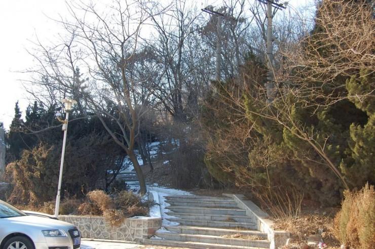 開発区駅から徒歩3分の砲台遺跡への登り口