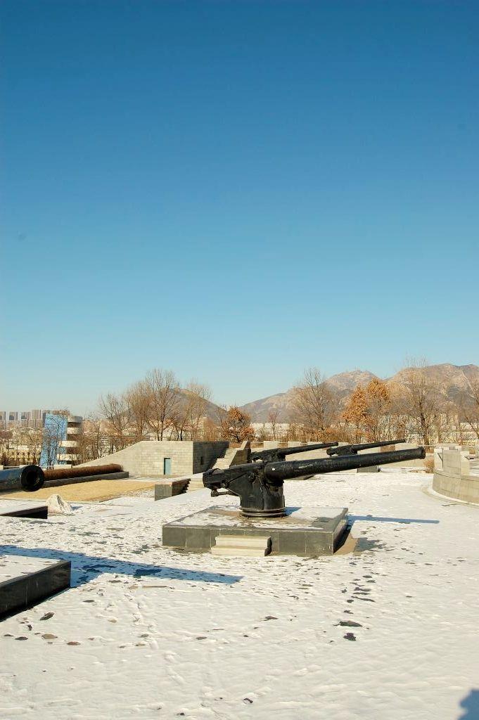 大黒山と復元された砲台