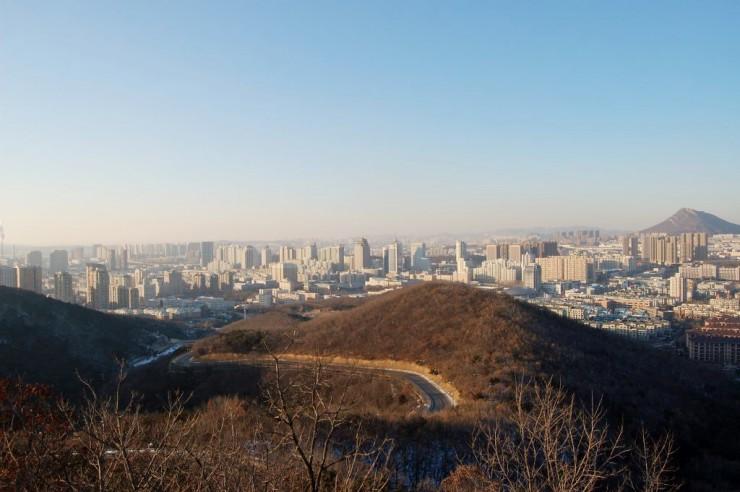 頂上から開発区中心部を望む。街中に近いところにあることが分かる
