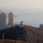 伝説の童牛像と大連湾。南側の登り口から間近で見ることができる