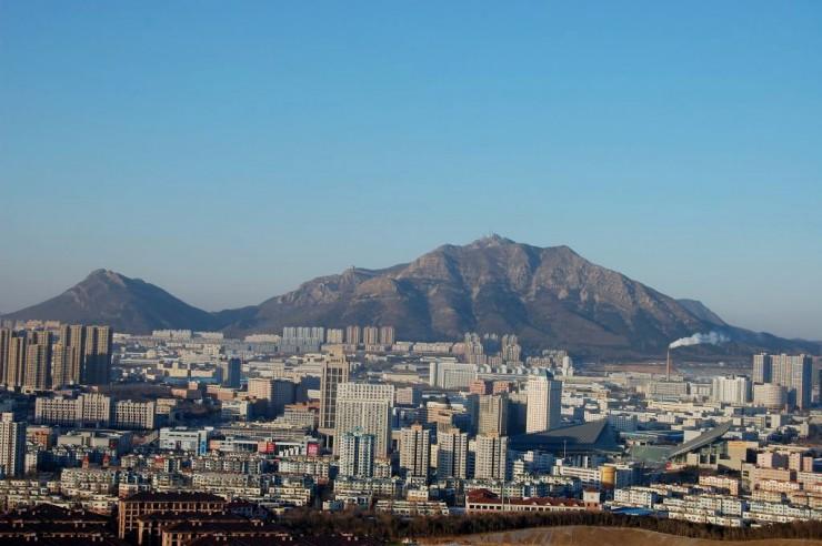 北側には標高663メートルの名峰大黒山