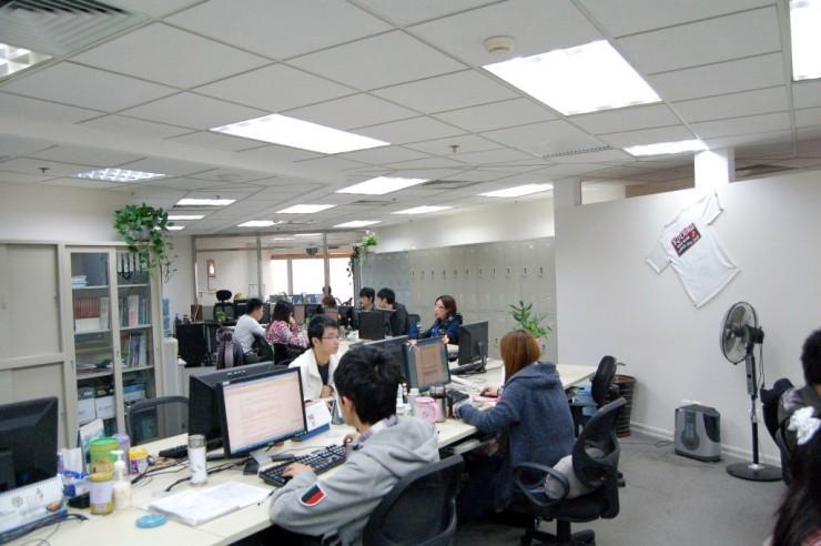 明るく静かなオフィスで勤務するスタッフ