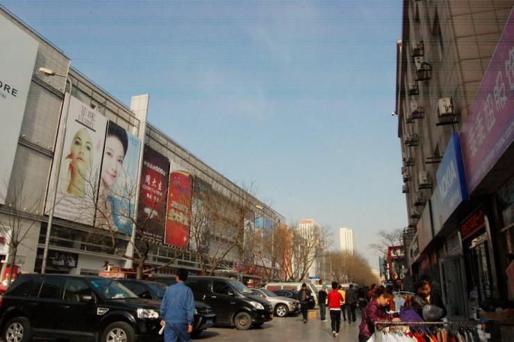 新橋商城や開発区商城、金瑪商城などが並ぶ開発区を代表する繁華街
