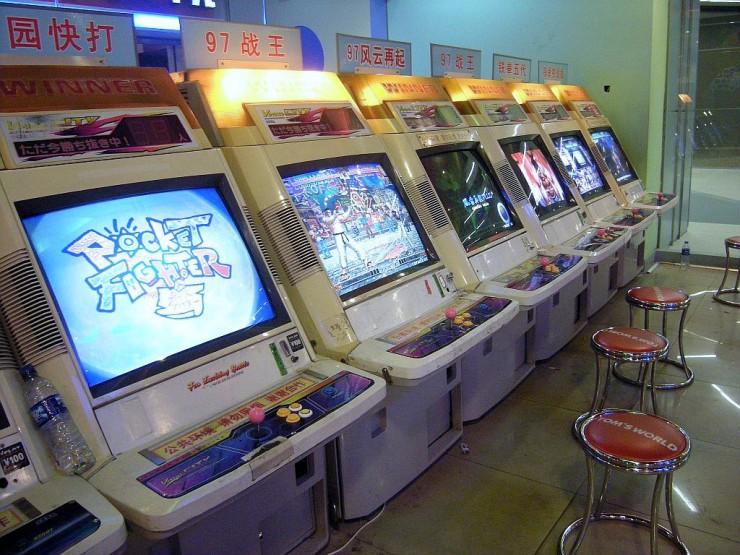 日本ではお目にかかれないちょっと古めの格闘ゲームも人気。左から2台目は「ザ・キング・オブ・ファイターズ 97」