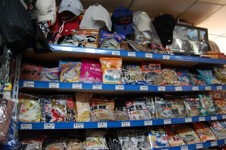 日本製の餌も豊富。上段には帽子も展示