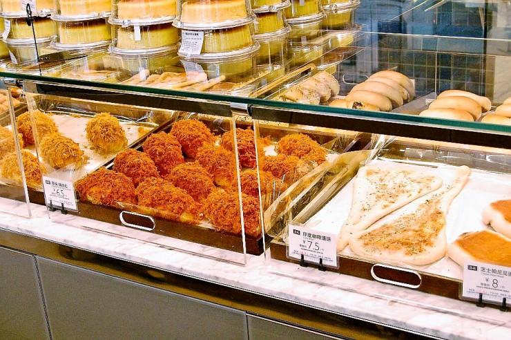 インドを代表するパンであるナンなども焼きたて販売