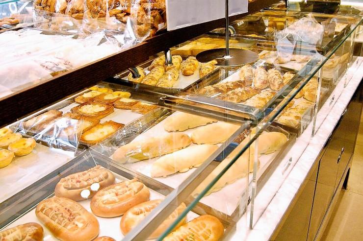 店名にパリを冠するくらいなのでもちろんフランスパンもある
