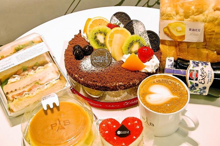 ホールケーキ、食パン、ジャム、サンドウィッチ、カプチーノコーヒーのフルセット