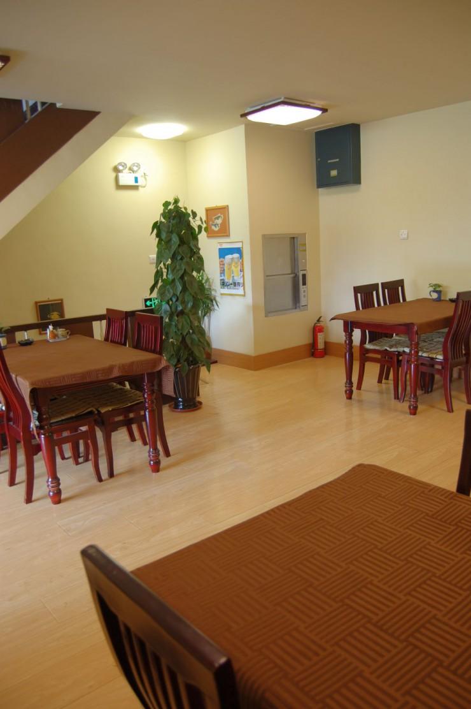 テーブルが並ぶ2階フロアー