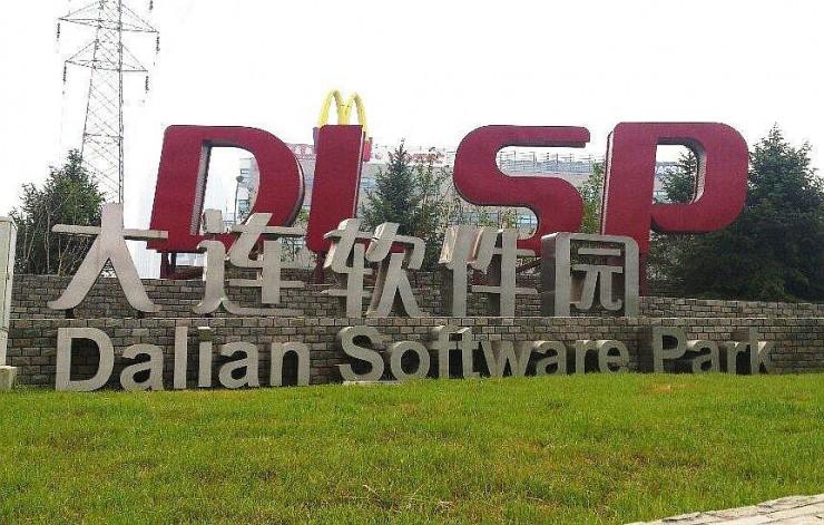 軟件園路のバス停前の「DLSP」看板