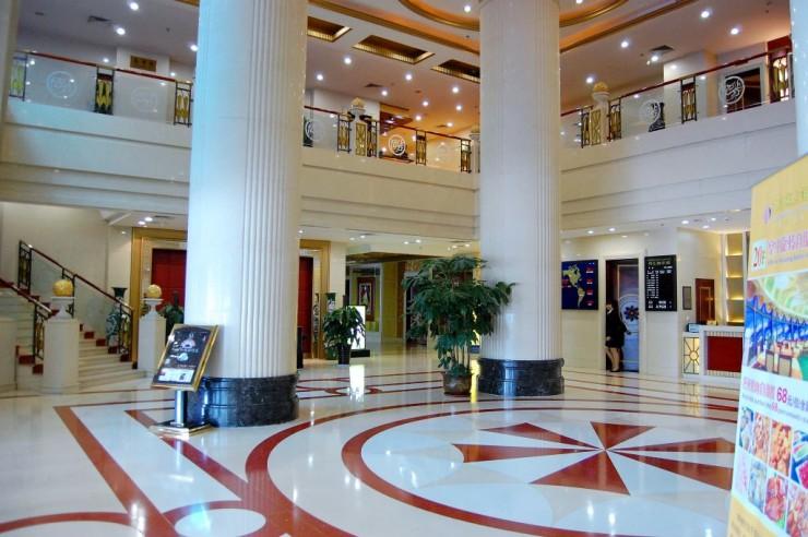 不夜城ホテル1階ロビー