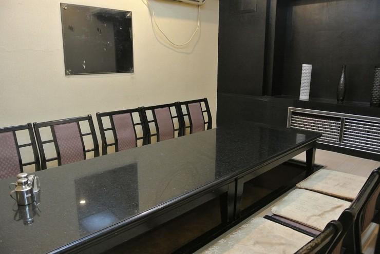 居酒屋の雰囲気を漂わせる2階は簡易仕切りの個室が2部屋