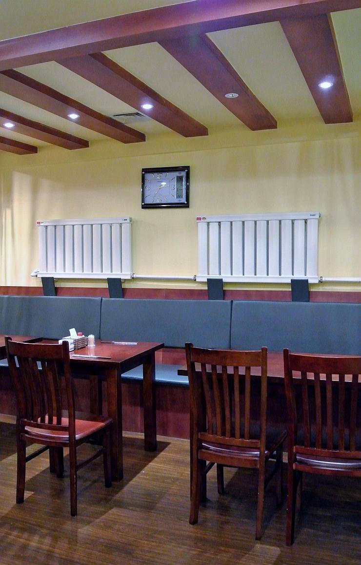 ラーメン店の雰囲気の1階テーブル席