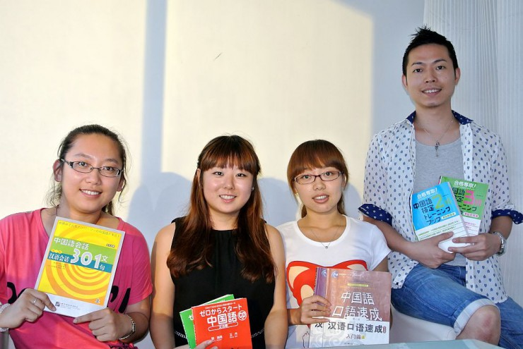 スタッフ社員と総経理の川崎さん(一番右)