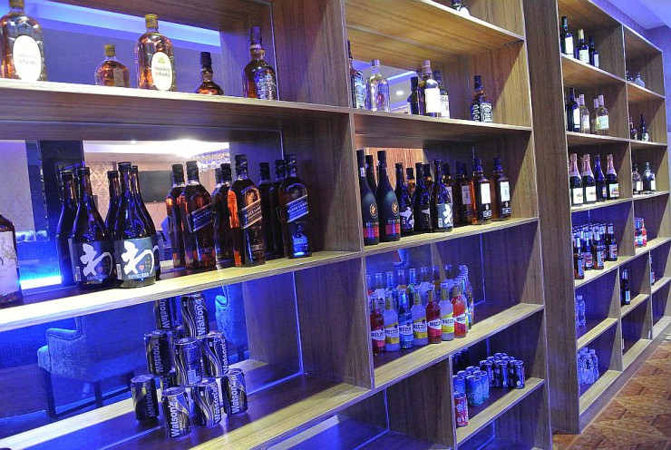お酒やボトルの棚