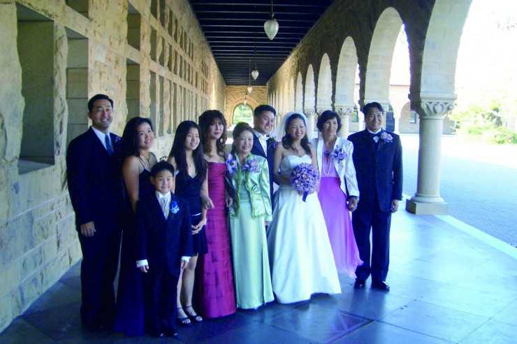 えりかさんの結婚式で記念写真に収まる両家