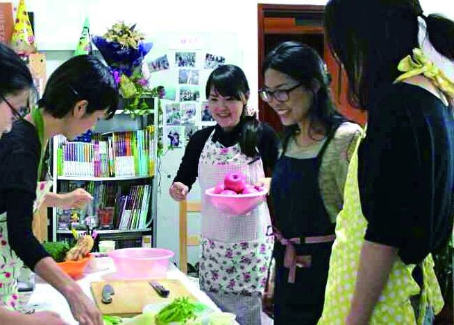 料理教室で食文化を伝える白石さん