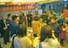 和やかに談笑する忘年感謝会の参加者たち