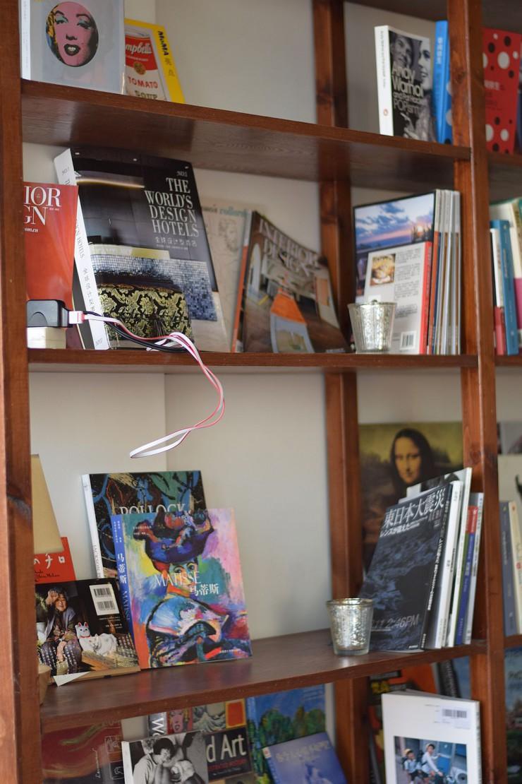 美術関連本が並ぶ本棚