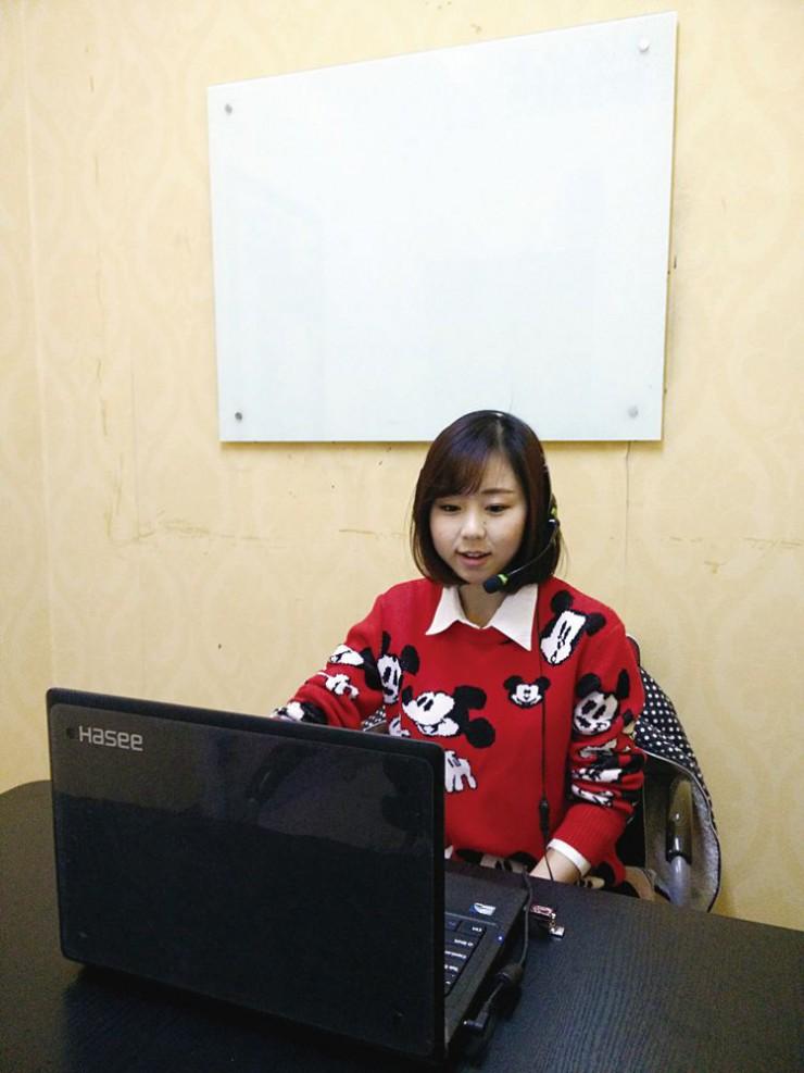 「オンライン中国語」で授業する同校の教員
