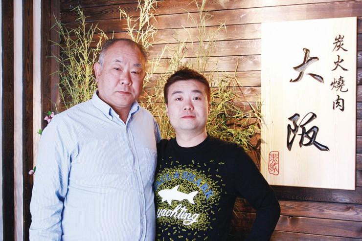 炭火焼肉「大阪」を共同経営する黒田敬治さん(左)と馬暁峰さん