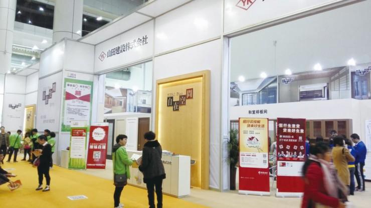 多くの来場者の目を引いた大連山田建材有限公司の展示コーナー