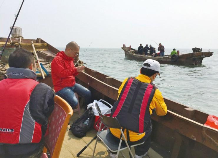 船釣りシーズンの幕開けを楽しむ酒菜の会のメンバー