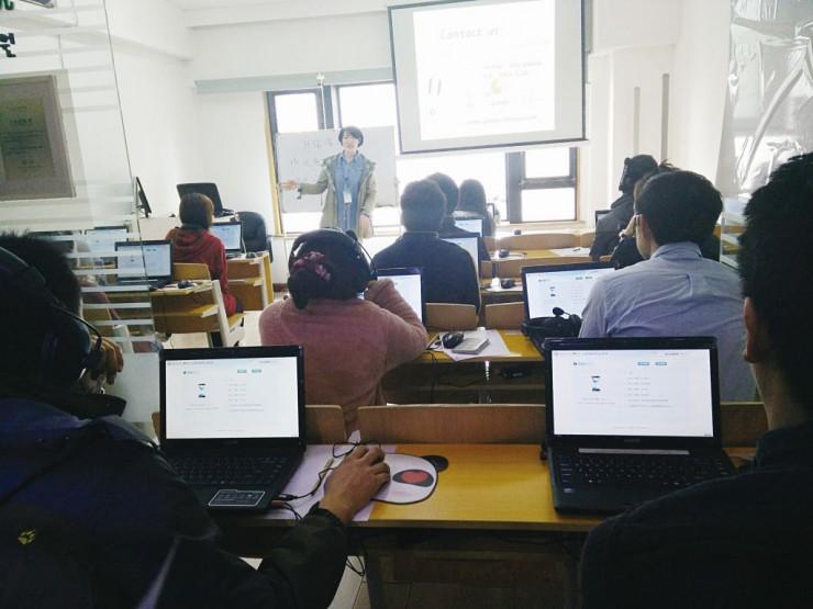 HSKのインターネット試験に臨む受験者たち