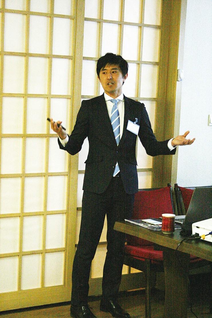 「保険」について講演する橋口久さん