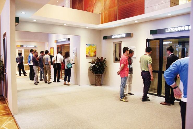商品の展示を見学する参加者たち